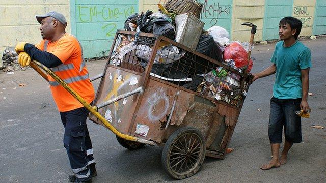 Disaat Tukang Sampah Menagih Uang | http://news.bbcimg.co.uk/